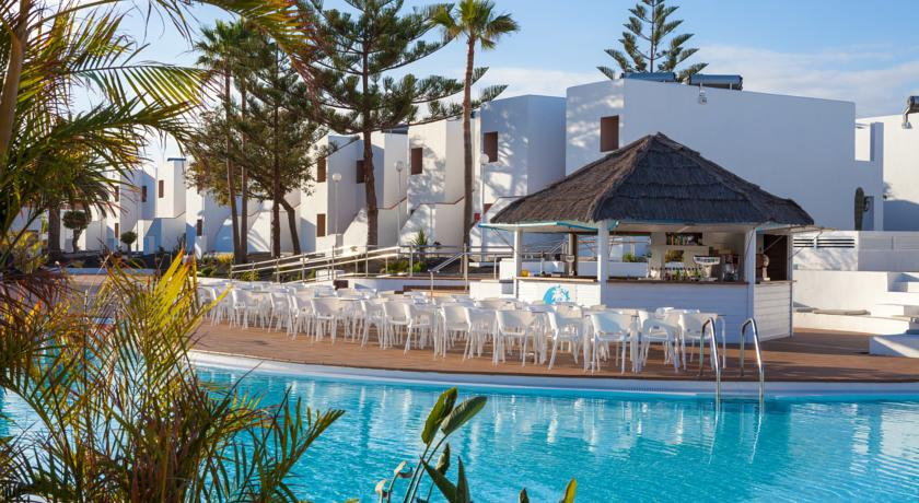 Labranda Hotel Bahia de Lobos is located in Corralejo, Fuerteventura less than 500 meters from the beach. It offers clients bar, restaurant, 2 outdoor pools with loungers, fitness center and game room with pool table and ping pong table.